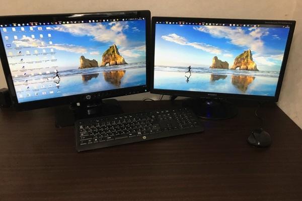 2画面のモニターのデスクトップパソコンの画像