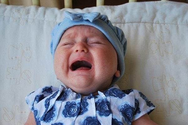 赤ちゃんが泣いている画像